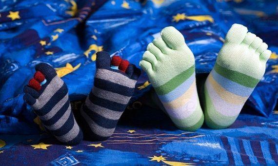 صورة لبس الجوارب اثناء النوم , فائده ارتداء الجوارب