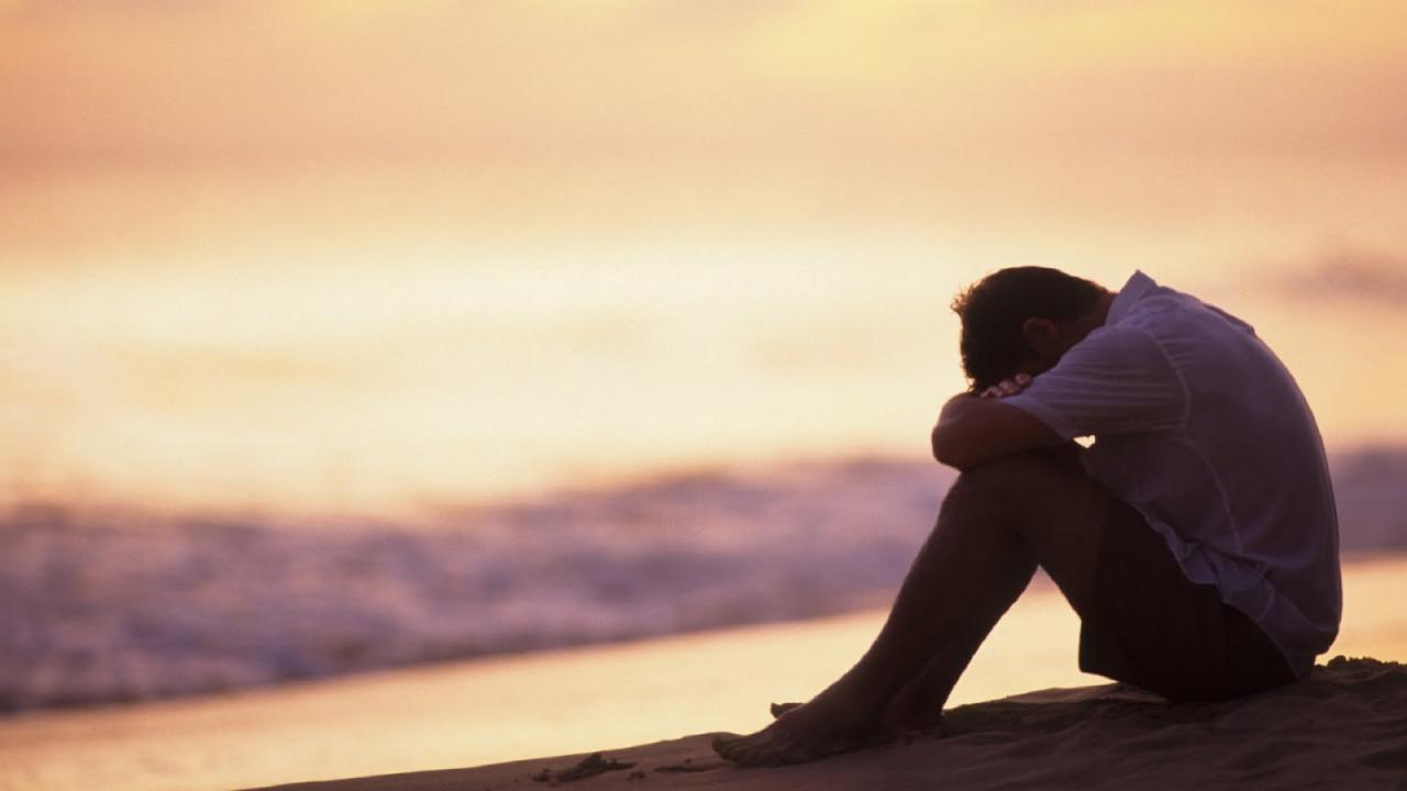 صورة صور رجال حزينه، بعض الرجال تضعها