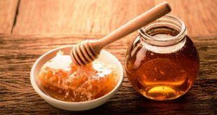 صورة الملاعق الخشبية له فوائد عديد مع العسل , ملعقة العسل الخشبية